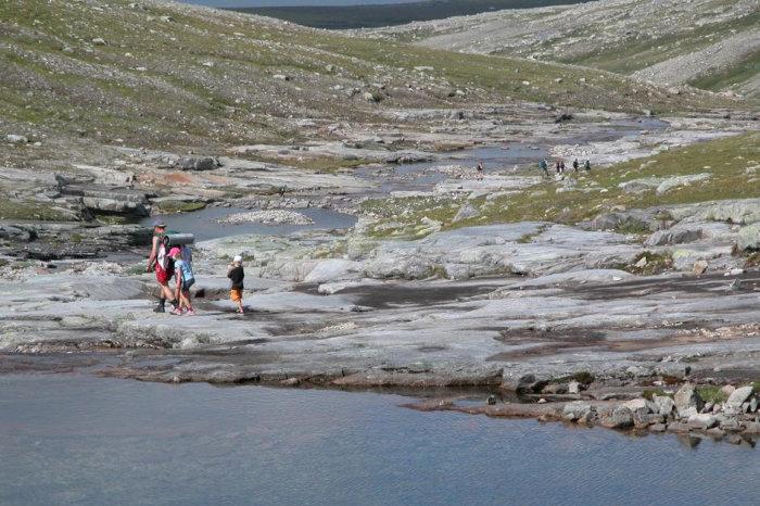 Familie på badetur i Nedalen, Tydal. Foto: TT