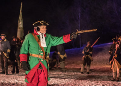 Bilde av svensk offiser med pistol - vinternatt