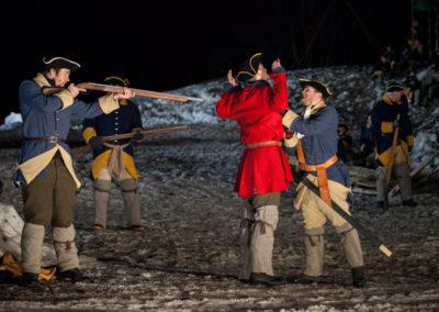 Tre soldater truer svensk offiser.