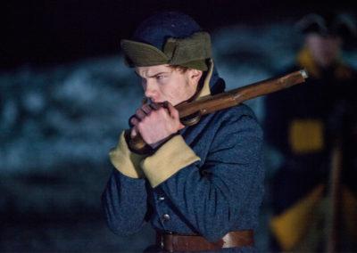 Soldat varmer fingrene