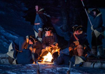 Soldater varmer seg rundt bålet