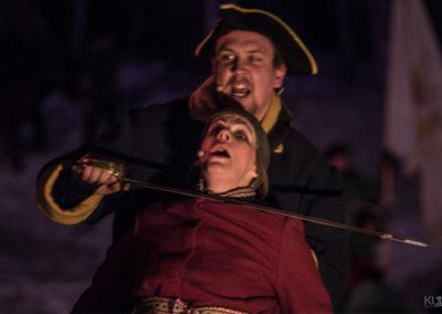 Bilde av svensk soldat med sverd over strupen på jente